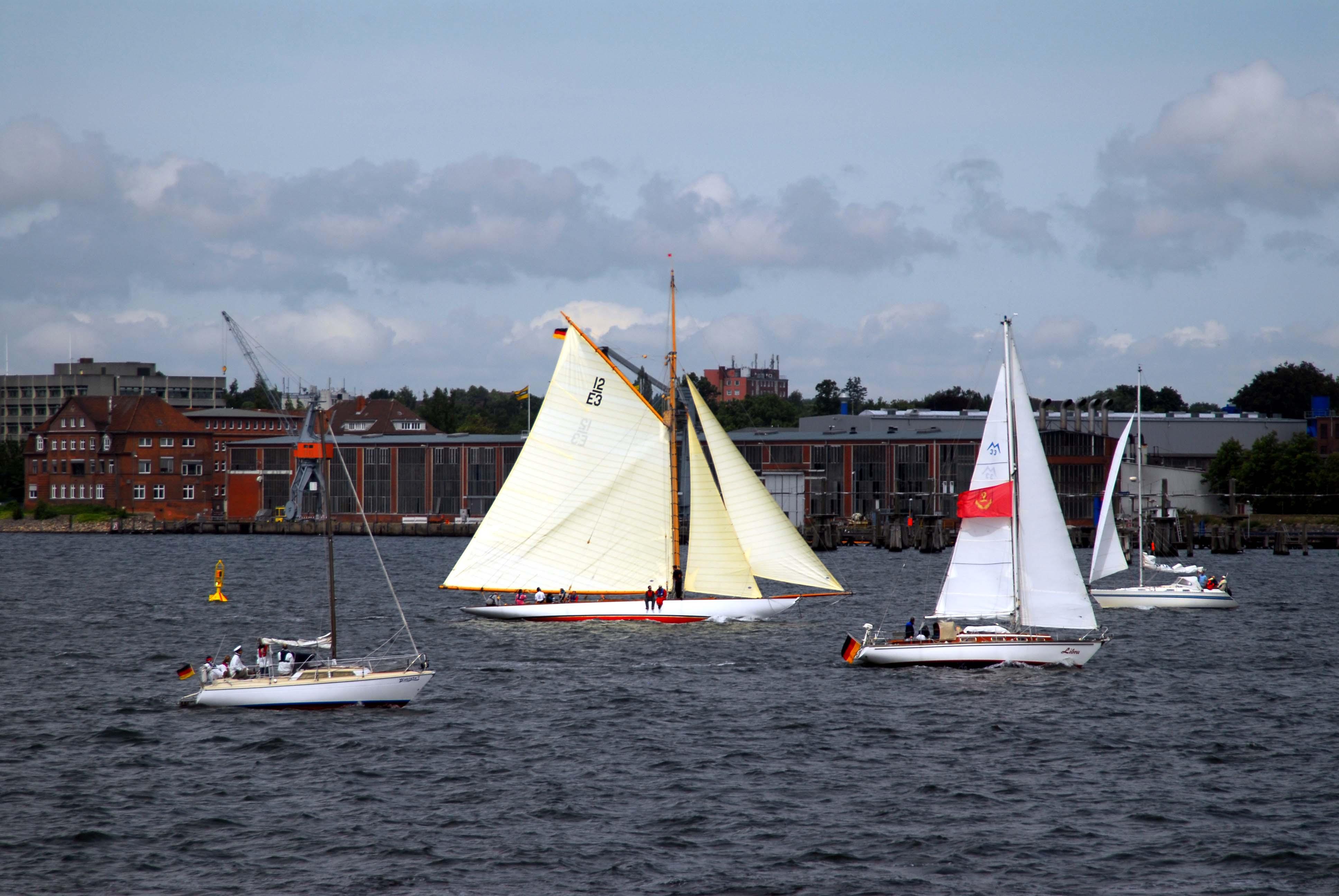 Gnadenlos schön: Die 12 m Rennyacht TRIVIA auf der Kieler Woche 2009, gebaut 1937 von Camper & Nicholsen, von Bord der GORCH FOCK aus. Foto: May-Barg.