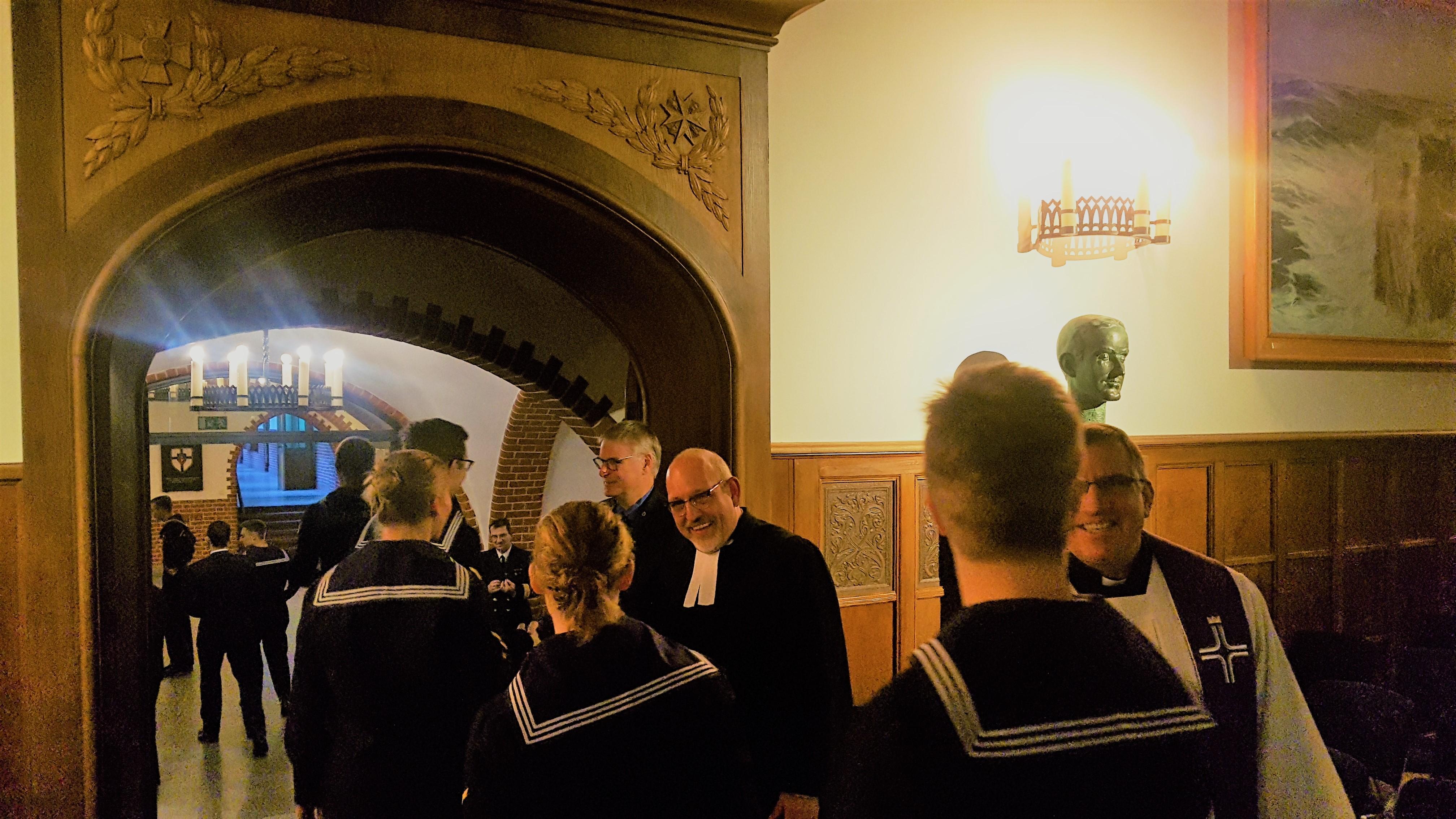 91d810284c15f Lichtermädchen in der Aula der Marineschule Mürwik › REUNION Marine