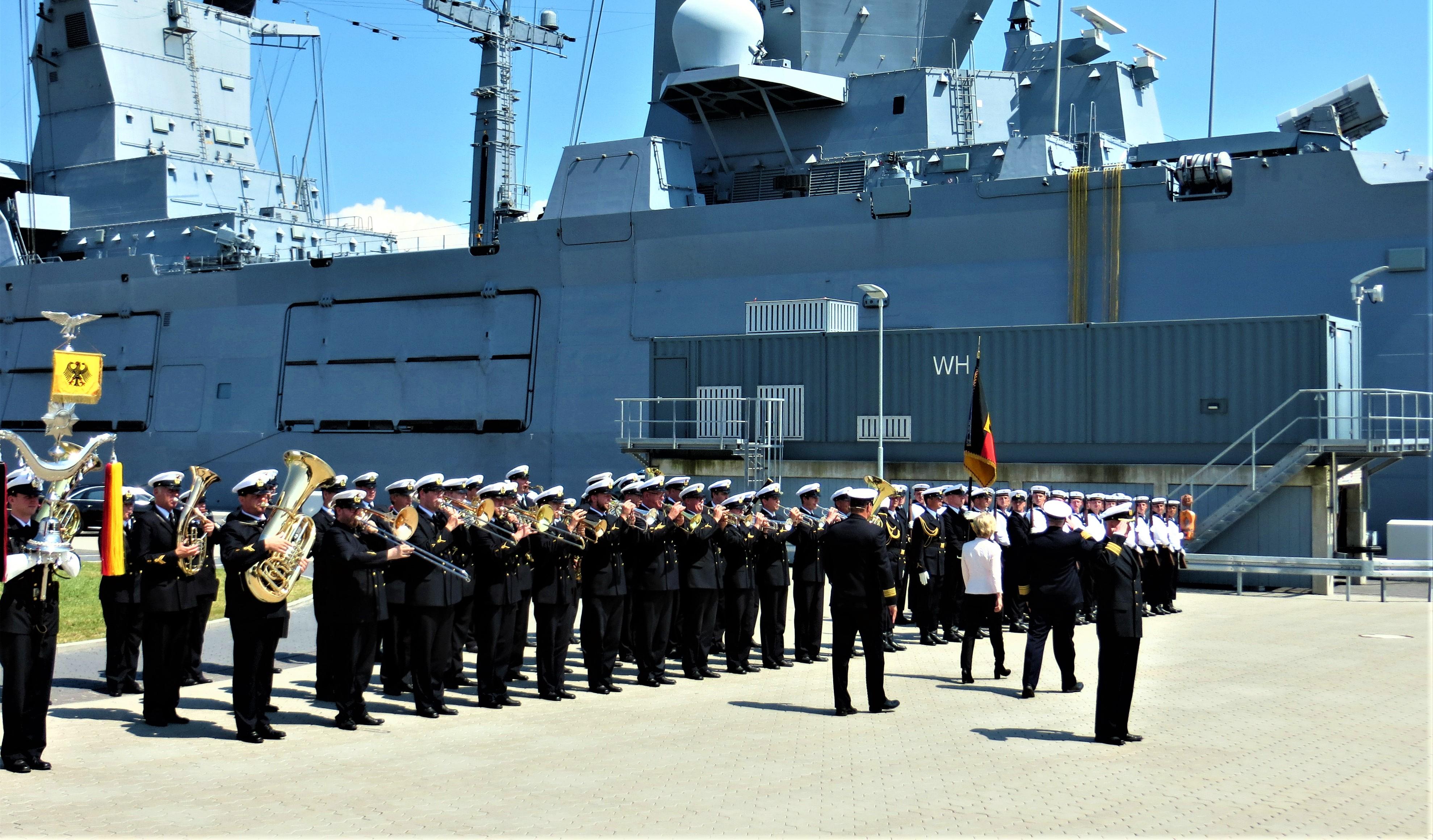 Indienststellung der Fregatte BADEN WÜRTTEMBERG, Abschreiten der Front, unter musikalischer Begleitung des Marinemusikcorps Kiel. Foto: Albert Ruff.