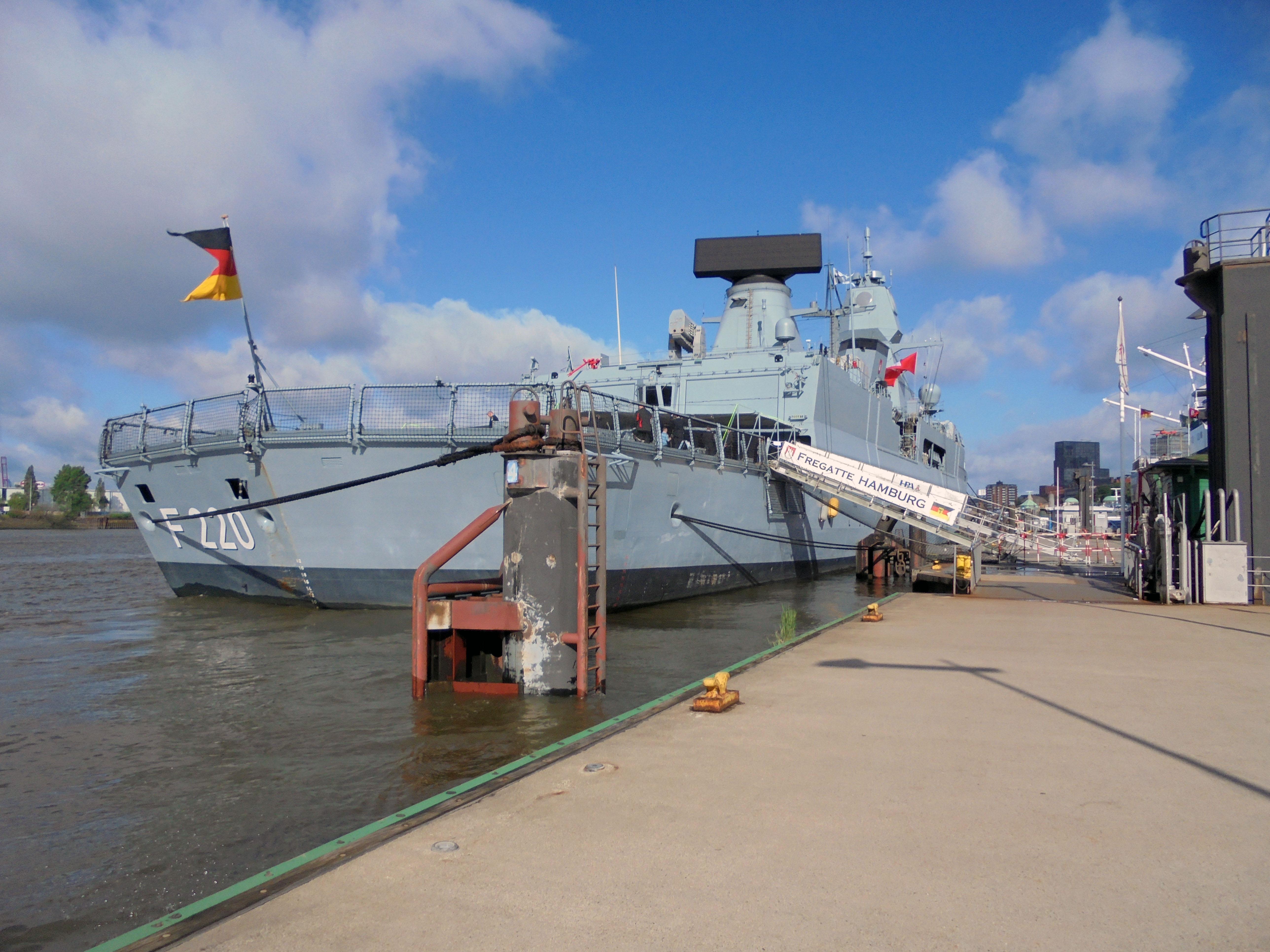 Die Fregatte HAMBURG zu Besuch in ihrer Patenstadt Hamburg zum 15. Jahrestag ihrer Indienststellung. Hier an der Überseebrücke. Foto: Günther Olomski.