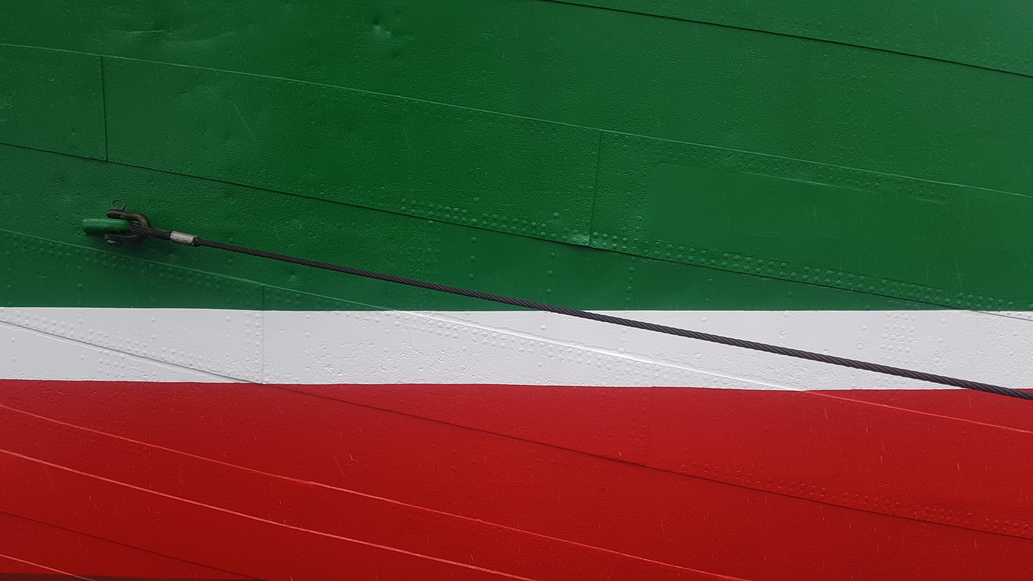 Hamburg, Landungsbrücken:  unverkennbar maritim: der grün-weiß-rote Rumpf des Museumschiffes RICKMER RICKMERS. Foto: Jenny May.