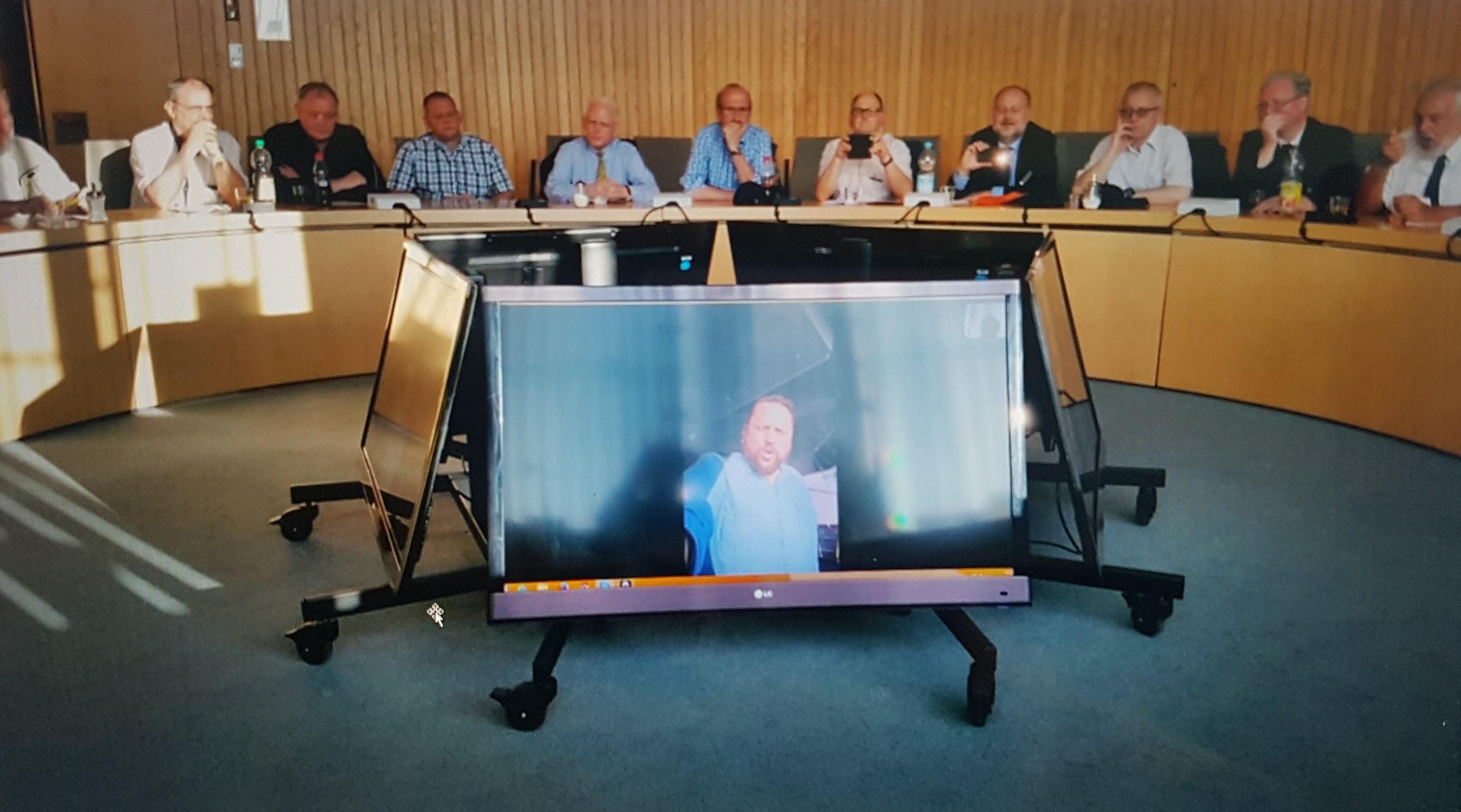FKpt Stefan Schulz, Kommandant der Fregatte NRW, spricht live von Bord an die Mitglieder des Freundeskreises im Landtag NRW. Foto: Freundeskeis Fregatte NRW.