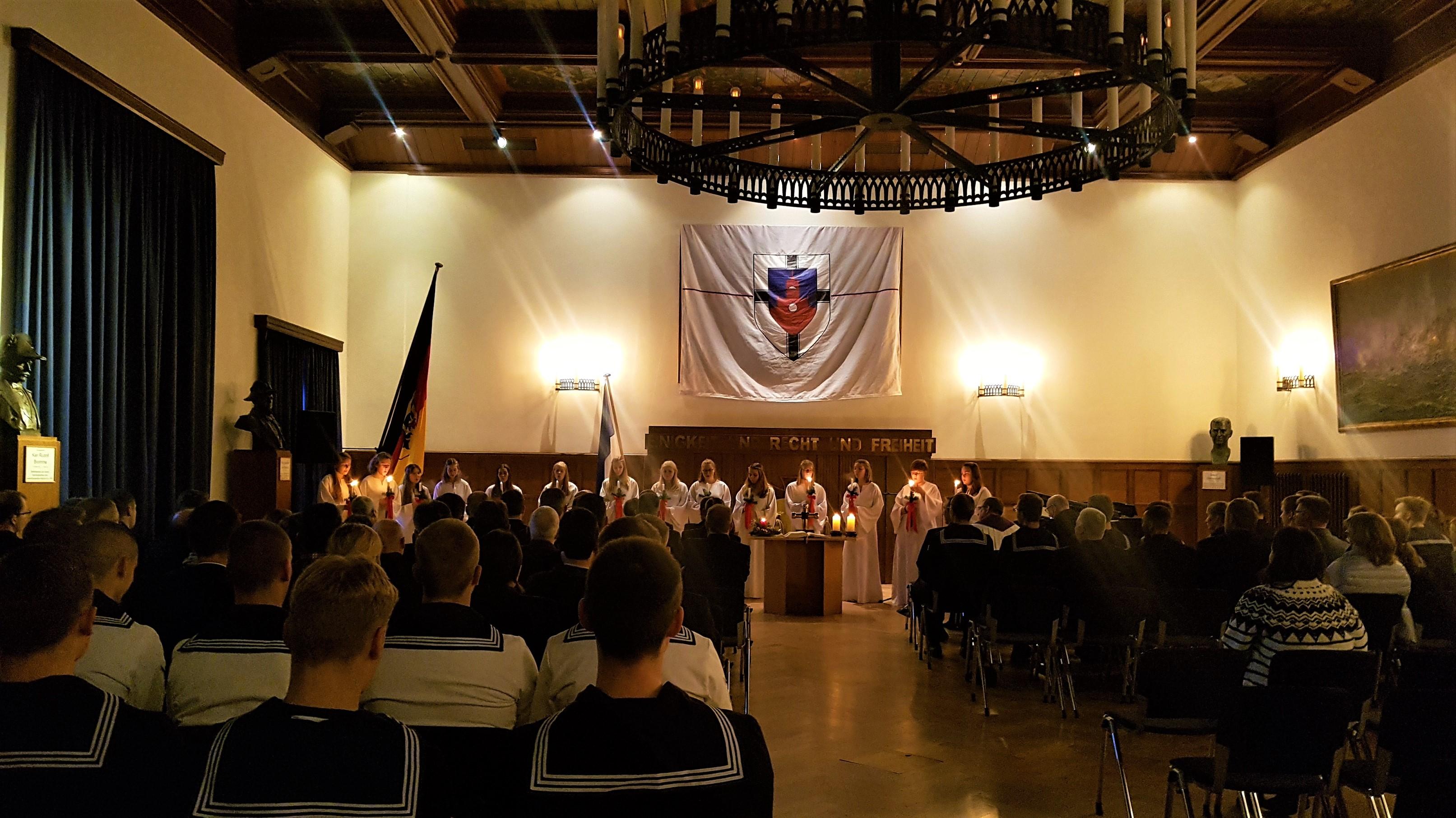 Schülerinnen der dänischen Schule, Duborg Skolen, sangen im Gewand der Heiligen Lucia am 13. Dez. 2018 in der Aula der Marineschule Mürwik. Foto: May-Barg.