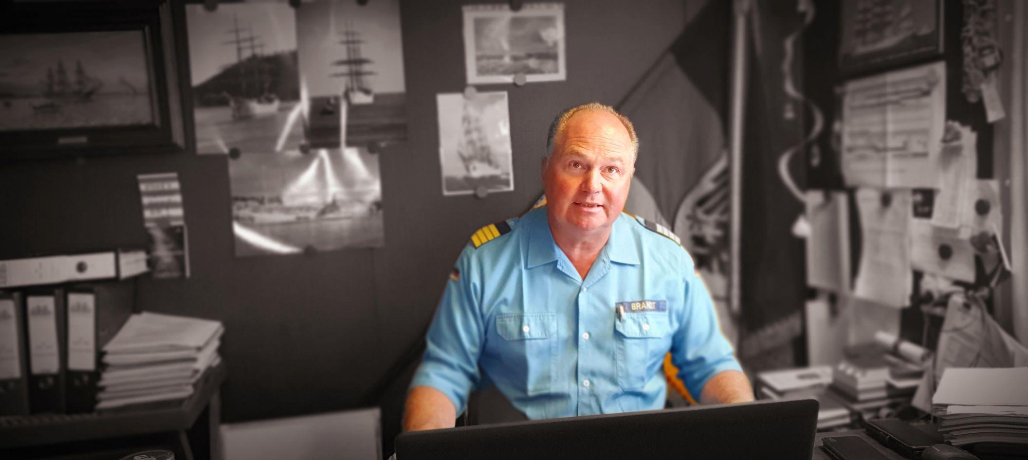 Der Kommandant der GORCH FOCK, Kapitän zur See Nils Brandt, an seinem Schreibtisch auf dem Wohnboot KNURRHAHN, 1. August 2019. Foto: May-Barg.