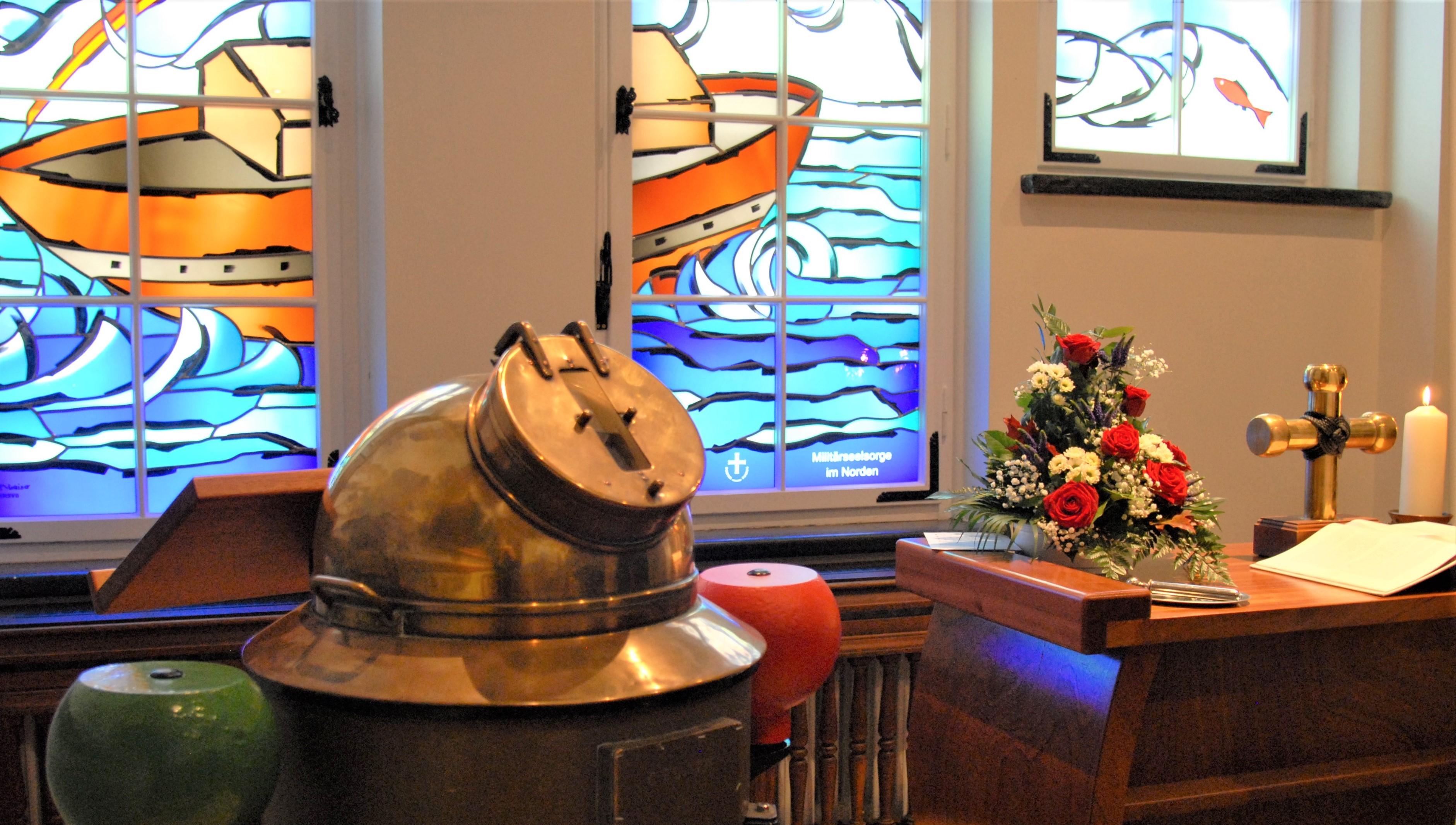 Detail der Nikolauskapelle der Marineschule Mürwik am 10. Nov. 2017, mit: GORCH-FOCK-Kompass-Kanzel, neuen Fenstern und Schiffsrumpfaltar. F: May-Barg