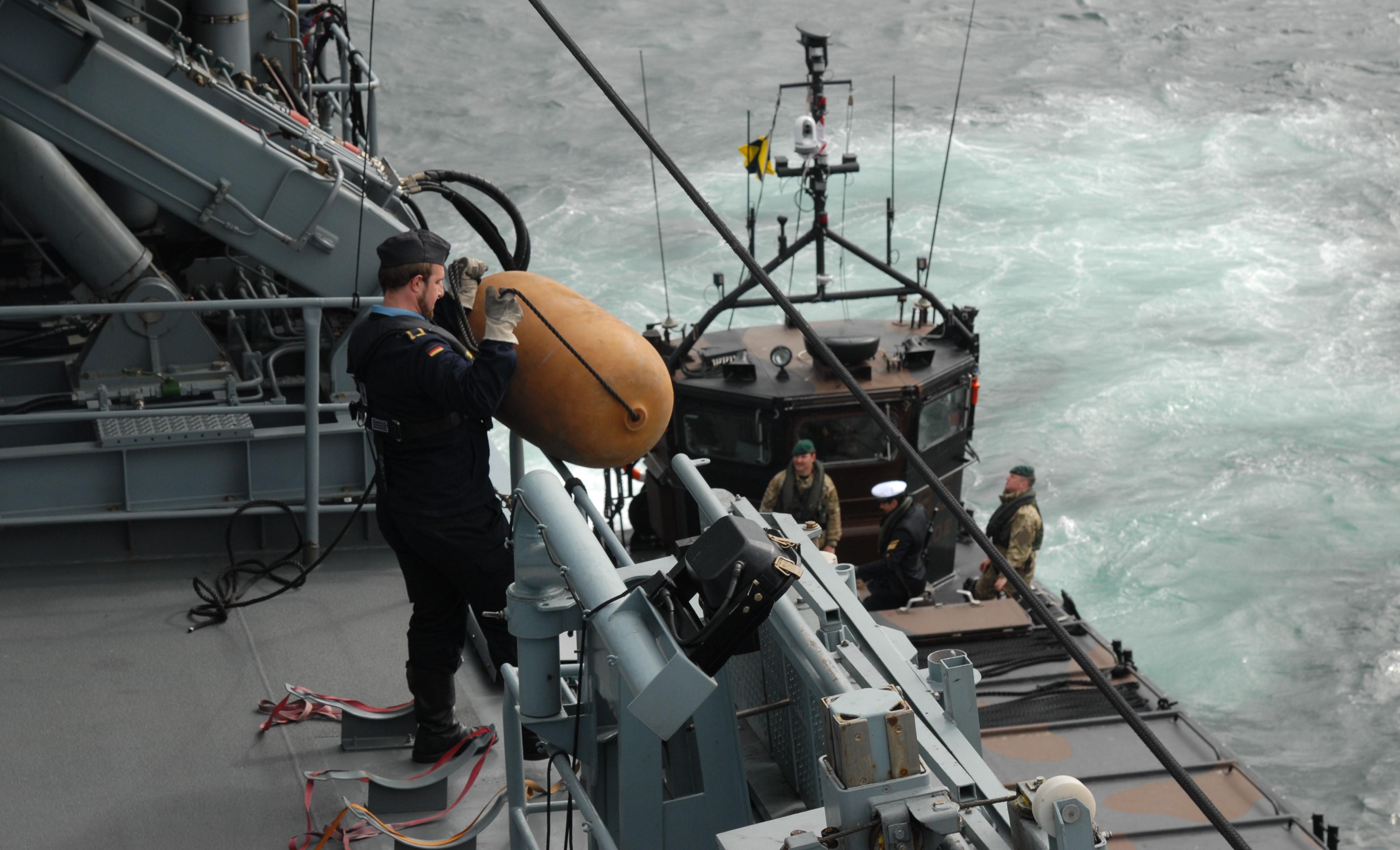 Internationale Zusammenarbeit zwischen Deutscher Marine und Royal Navy, 31. Mai 2016. Vordergrund: Soldat der Fregatte SCHLESWIG HOLSTEIN. Foto: May-Barg.