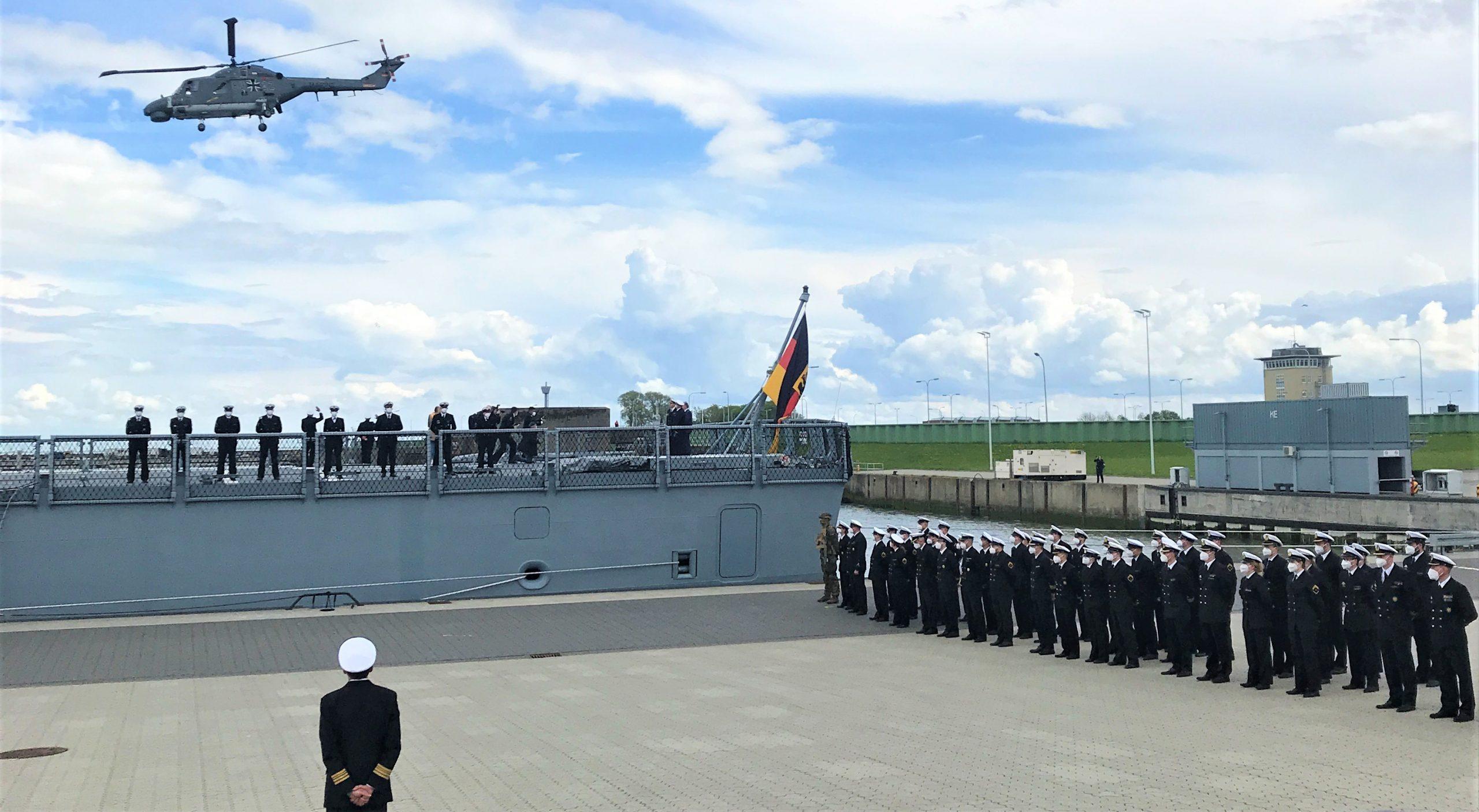 Indienststellung der Fregatte SACHSEN-ANHALT in Wilhelmshaven: Marineangehörige sowie Bordhubschrauber SEA LYNX MK 88 A in der Luft.  Foto: B. Koller.