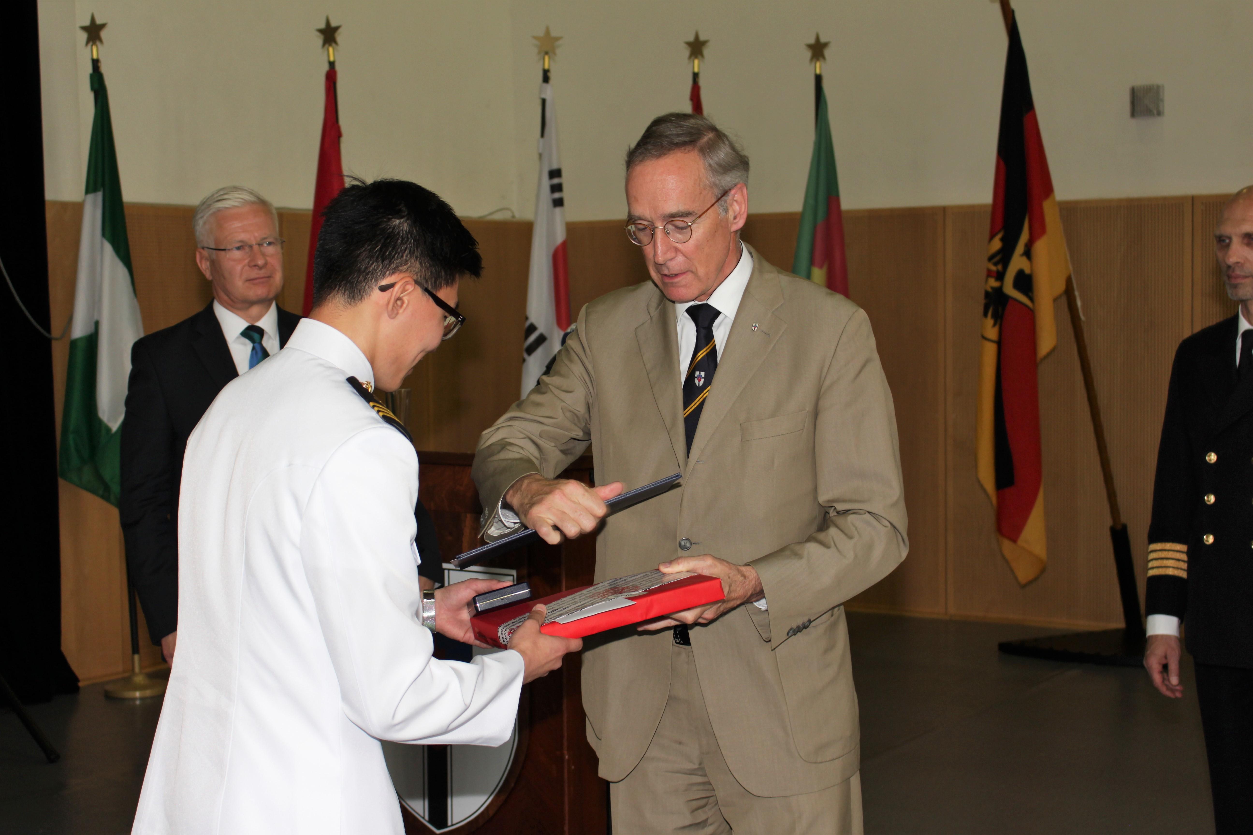 Vergabe der Segelschulschiff GORCH-FOCK-Medaille durch Dr.-Ing. Hans-Dieter-Ehrenberg an den Kadetten Chan Lee aus Südkorea. Foto: PIZ Marine