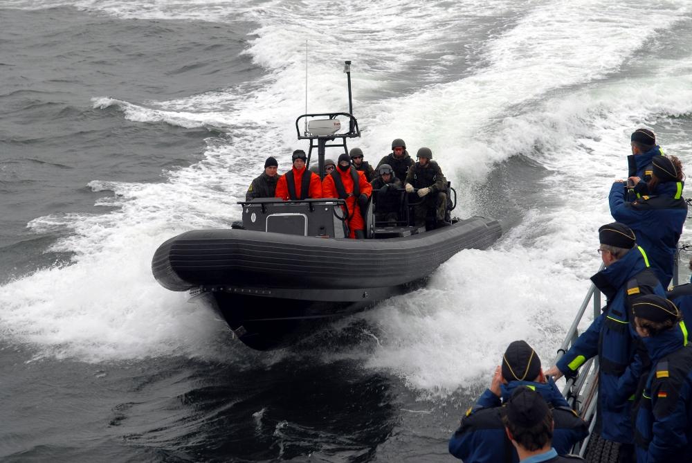 Informationswehrübende verfolgen Übung eines Boardingsicherungsteam (BST). Diese durchsuchen und kontrollieren im Rahmen von Embargo- oder Anti-Piraterie-Operationen, zum Beispiel vor der Küste von Somalia, u.a. zivile Handelsschiffe. Foto: J. May