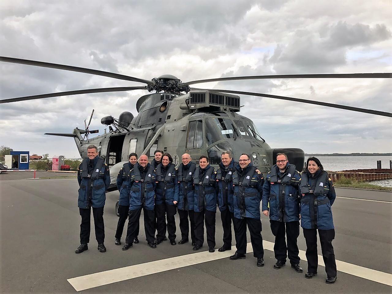Crewmitglieder der 72. InfoDVag vor einem Sea King der Deutschen Marine.